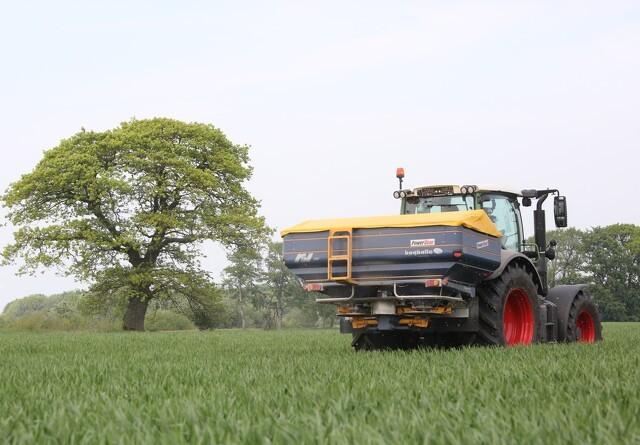 Sektionskontrol på både traktor og spreder