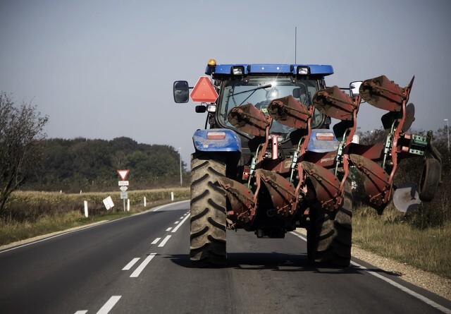 Husk lygter og reflekser på traktoren