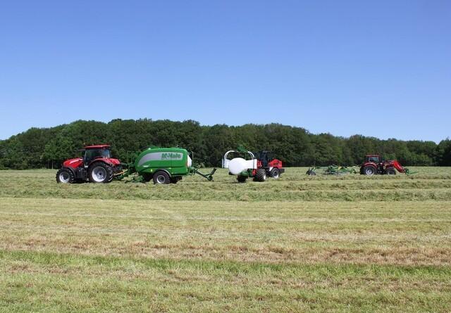 Helms viser græs-maskiner i aktion