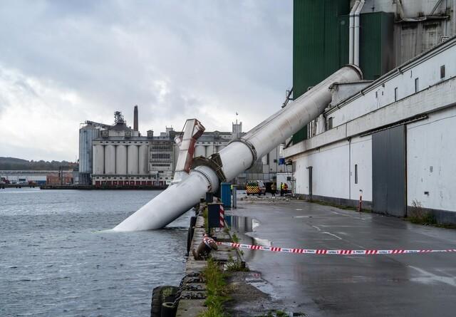 100 meter høj skorsten på Himmerlands Grovvarer-fabrik væltet i Aarhus Havn