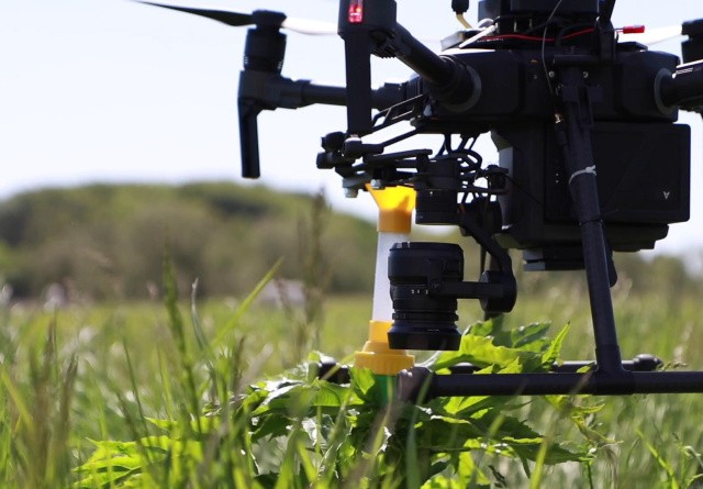 Prototype af drone kan både spotte og sprøjte