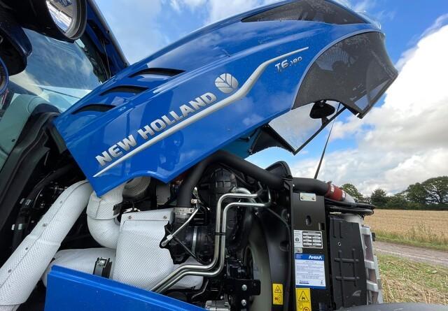Bio-metan traktoren kan tankes på bedriftens biogas-anlæg