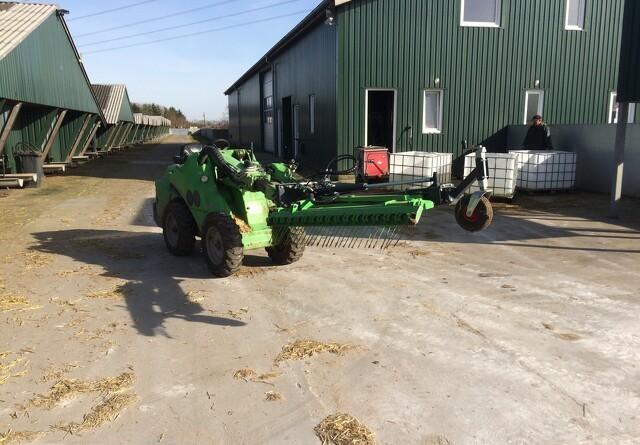 Staldkatten hjælper på minkfarmen