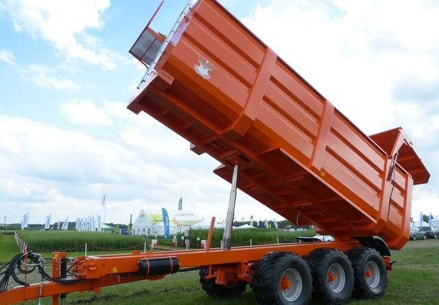 Orange vogne og harver på Agromek