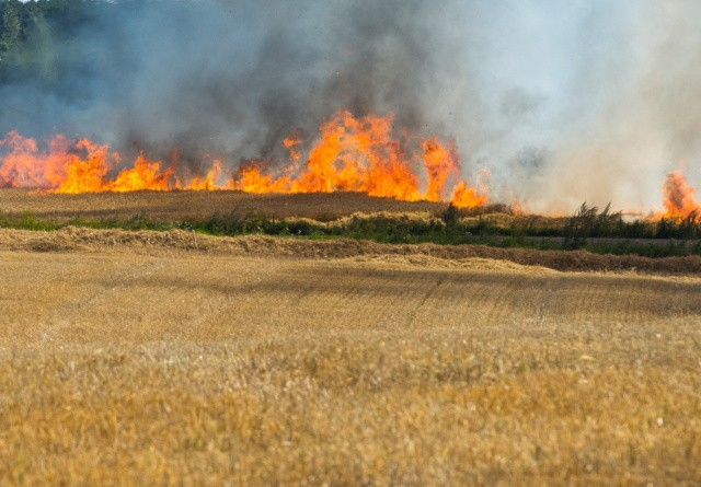 Brand i spritny halmpresser: Slukkede med slamsluger