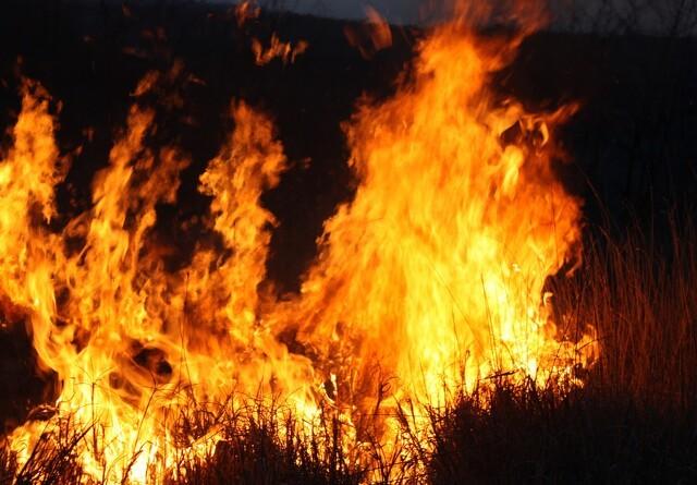 1200 halmballer i flammer i lade-brand
