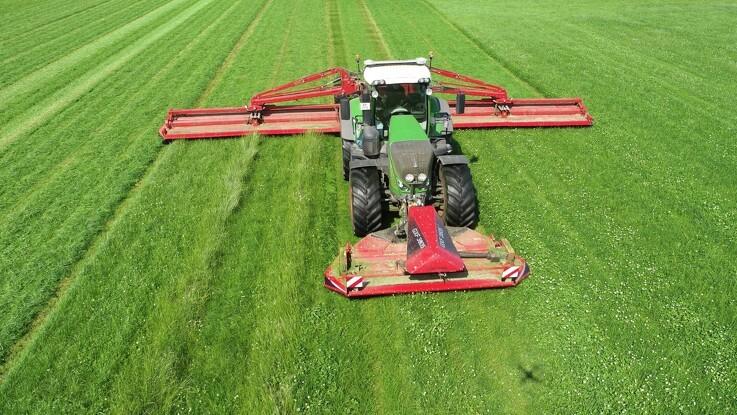 Faste kørespor i græsmarken er dagligdag