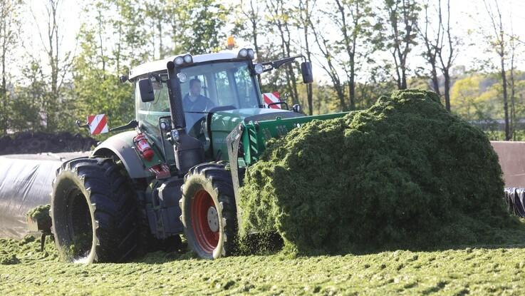 Traktoren erstatter geden i stakken