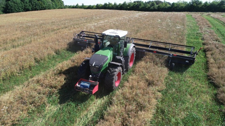 Traktoren med vendeudstyr udnyttes til skårlægning